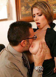 Секретарша решила соблазнить начальника и показала ему грудь - фото #4