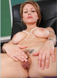 Преподавательница закрылась в классе и помастурбировала - фото #9