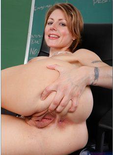 Преподавательница закрылась в классе и помастурбировала - фото #11