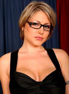 Серьезная женщина вываливает напоказ большую грудь - фото #1