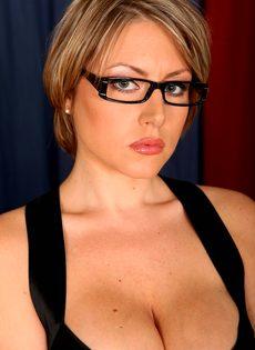 Серьезная женщина вываливает напоказ большую грудь - фото #2