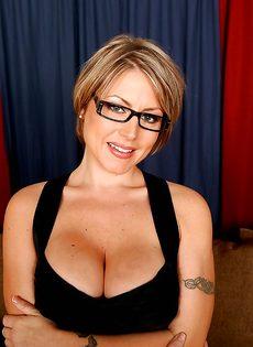 Серьезная женщина вываливает напоказ большую грудь - фото #3