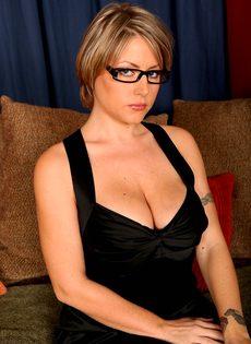 Серьезная женщина вываливает напоказ большую грудь - фото #6