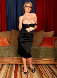 Серьезная женщина вываливает напоказ большую грудь - фото #10