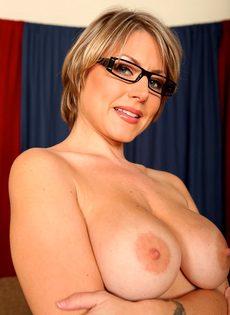 Серьезная женщина вываливает напоказ большую грудь - фото #12