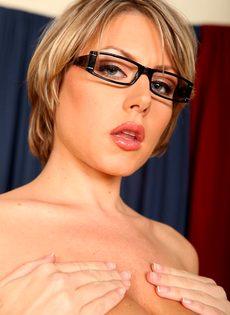 Серьезная женщина вываливает напоказ большую грудь - фото #13