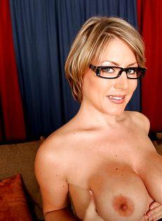 Серьезная женщина вываливает напоказ большую грудь - фото #16