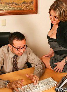 Начальник насаживает на член симпатичную секретаршу - фото #4