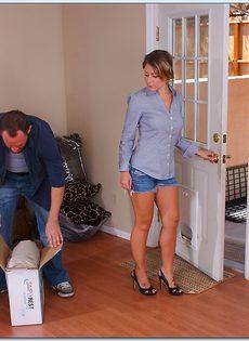 Мужик пришел домой с работы и натянул на член любимую жену - фото #1