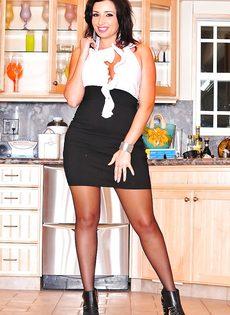 Деловая женщина с шикарной задницей и большими сисечками - фото #1