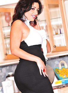 Деловая женщина с шикарной задницей и большими сисечками - фото #3