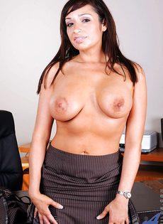 Красотке нравится мастурбировать киску после рабочего дня - фото #4