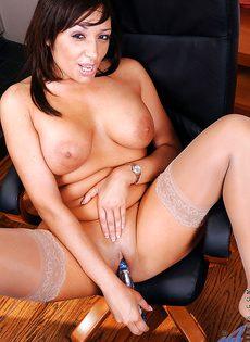 Красотке нравится мастурбировать киску после рабочего дня - фото #14