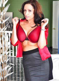 Женщина с большой жопой в сексуальных сетчатых колготках - фото #6