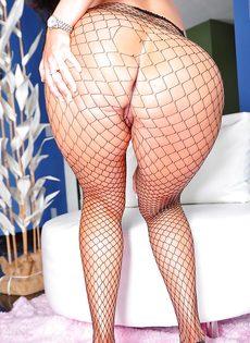 Женщина с большой жопой в сексуальных сетчатых колготках - фото #16