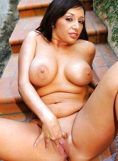 Аппетитная чертовка мастурбирует во дворе загородного дома - фото #7