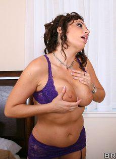 Женщина в красивом белье соскучилась по мужской ласке - фото #3