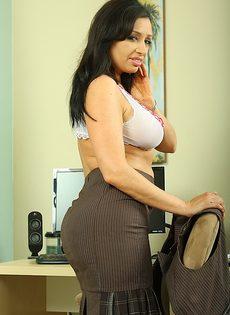 Секретарша с большой грудью и большой жопой разделась на работе - фото #6