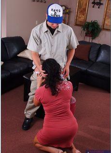 Красивая домохозяйка набросилась на молодого пацана - фото #8
