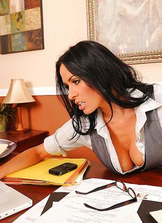 Парнишка схватился за большие сиськи сексапильной сотрудницы - фото #1