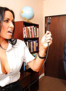 Парнишка схватился за большие сиськи сексапильной сотрудницы - фото #4