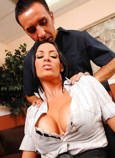 Парнишка схватился за большие сиськи сексапильной сотрудницы - фото #5