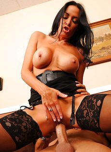 Парнишка схватился за большие сиськи сексапильной сотрудницы - фото #12