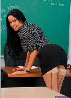 Откровенная учительница снимает с себя одежды прямо в классе - фото #2