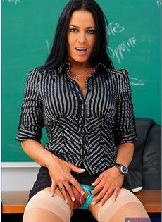 Откровенная учительница снимает с себя одежды прямо в классе - фото #3