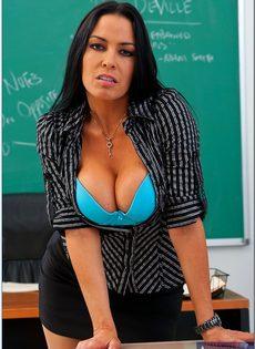 Откровенная учительница снимает с себя одежды прямо в классе - фото #6