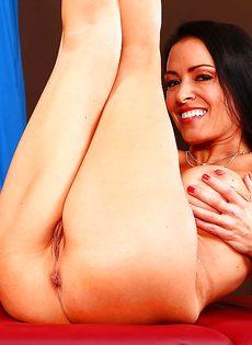 Стройная сучка Vanilla Deville нагнулась и показала прелести - фото #15