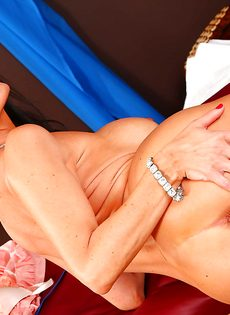 Стройная сучка Vanilla Deville нагнулась и показала прелести - фото #16