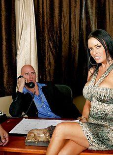 Лысый босс и сногсшибательная секретарша потрахались в офисе - фото #2