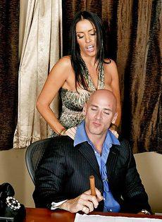 Лысый босс и сногсшибательная секретарша потрахались в офисе - фото #3