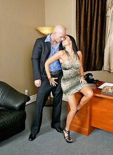 Лысый босс и сногсшибательная секретарша потрахались в офисе - фото #5