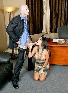 Лысый босс и сногсшибательная секретарша потрахались в офисе - фото #7