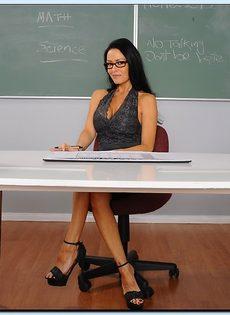 Преподавательница показала женские прелести в аудитории - фото #1