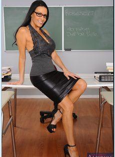 Преподавательница показала женские прелести в аудитории - фото #2