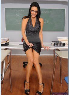 Преподавательница показала женские прелести в аудитории - фото #3