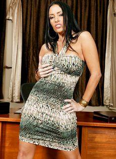 Сиськастая женщина легко снимет с себя сексуальные трусики - фото #2