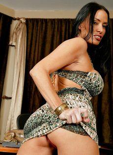 Сиськастая женщина легко снимет с себя сексуальные трусики - фото #4