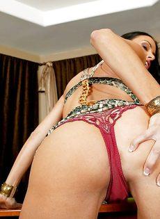 Сиськастая женщина легко снимет с себя сексуальные трусики - фото #5