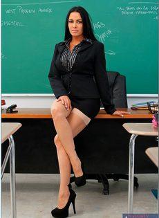 Учительница пришла на работу в чулках и в красивом нижнем белье - фото #1