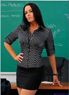 Учительница пришла на работу в чулках и в красивом нижнем белье - фото #2