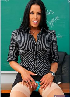 Учительница пришла на работу в чулках и в красивом нижнем белье - фото #5