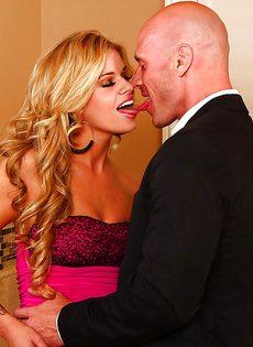 Блондинка и брюнетка накинулись на пенис лысого чувака - фото #1