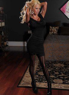 Отличная фото сессия сногсшибательной блондинки в чулках - фото #2