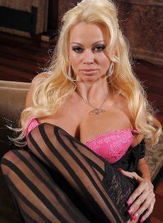 Отличная фото сессия сногсшибательной блондинки в чулках - фото #6