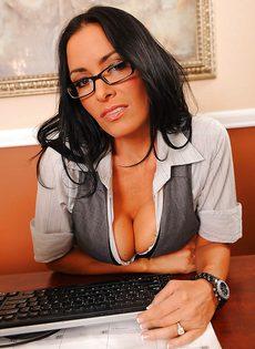 Сногсшибательная секретарша немножко развлеклась после работы - фото #1
