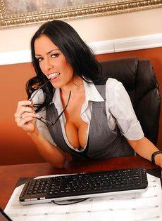 Сногсшибательная секретарша немножко развлеклась после работы - фото #2